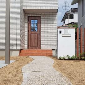 新築の外構工事|真っ白な塗り壁門柱とアルミ角柱