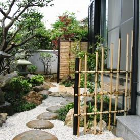つくばいと灯篭のある日本庭園