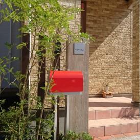 姫路市新築外構|インド砂岩の石門柱とアクセントカラーの赤色ポストが可愛...