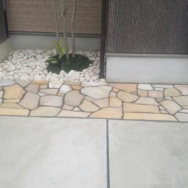 芝生の雑草でお困りだったお庭を自然石貼りにガーデンリフォーム 姫路市