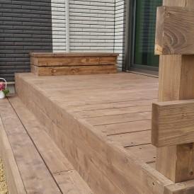 天然木のウッドデッキ。ステップフロアと木製手摺りフェン、木製室外機カバ...