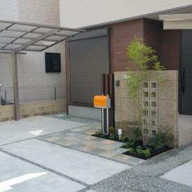 木目調の角柱とオレンジポストの新築外構 姫路市