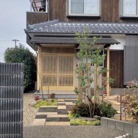 和風モダン外構のアプローチ|和風住宅に似合う自然石と植栽で素敵なアプロ...