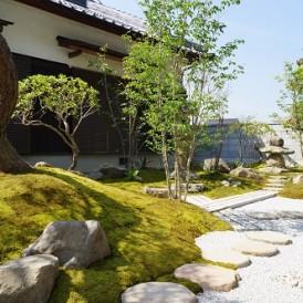 京風の苔のある上品な和の庭