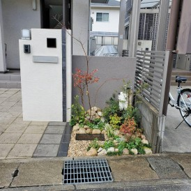 姫路市植栽工事|門柱前の小さな花壇を植木と下草と自然石で素敵にアレンジ...