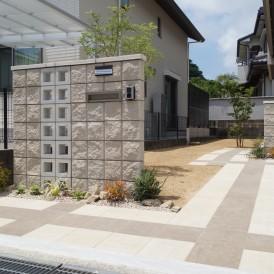 姫路市外構|高さを変えた二枚の門柱にポイントに空洞ブロックで閉鎖感のな...