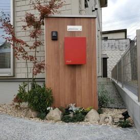 たつの市外構リフォーム|ウッド調の門柱に赤色ポストと植栽でオシャレな門...