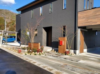 宍粟市山崎町外構|ウッド調門柱と植栽