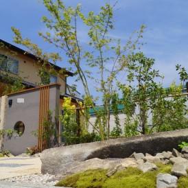 姫路市外構|緑と自然石でデザインした現代和風住宅のかっこいい和モダンな...