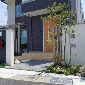 姫路市外構|一条工務店の建物と統一感を感じられる調和のとれたガーデンエ...