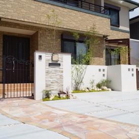 姫路市外構|植栽のグリーンが映えるデザイン性のある白の塗り壁で明るいイ...