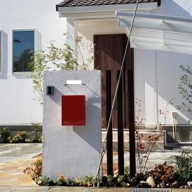 太子町新築外構|真っ白な塗り壁門柱とシンボルツリーのシマトネリコのエク...