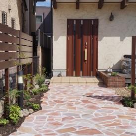 樹脂舗装のアプローチからピンク色の乱形石貼り 明るい可愛いアプローチ ...