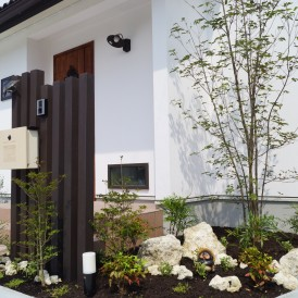 姫路市外構|オシャレな白いお家と可愛い石でコーディネートしたエクステリ...