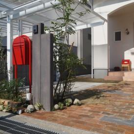 コンクリート製枕木と中古レンガに赤色ポストがオシャレな外構 姫路市