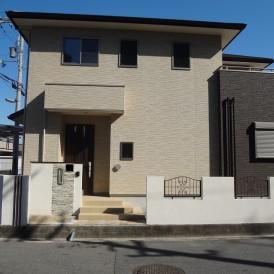 姫路市外構|白の塗り壁に自然素材でボーダーラインを施した上品な新築外構...