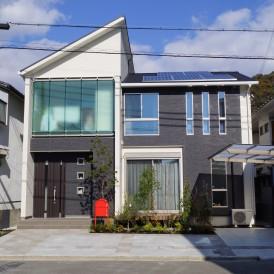 高砂市新築外構|おしゃれな住宅のスクエア窓と同じデザインを門柱にも施し...