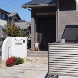 姫路市外構|限られたスペースにアイアン表札とアールデザインの可愛い門柱...