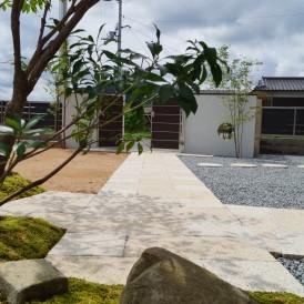 石の表情が美しい石畳アプローチ サビ御影板石と淡路砂利洗出し仕上げ 市...
