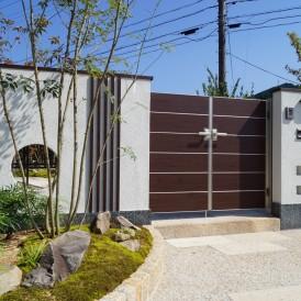 市川町和モダン外構|道路からの視線をカットし門前に粋な小庭があるガーデ...