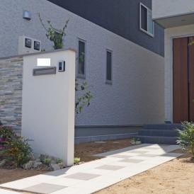 姫路市外構|すっきりとした白い塗り壁に自然石を組み合わせた門柱オープン...