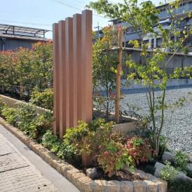 山崎町木目調の可愛い門柱 道路境界に生垣と花壇工事