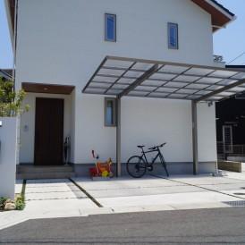 姫路オープン外構|白色の塗り壁門柱とオシャレアイテム緑色ポストとアイア...