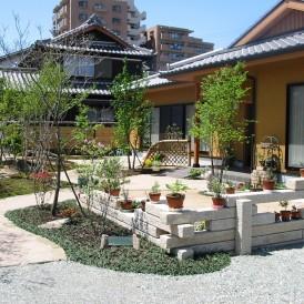 平屋建築の現代的な石組みがある自然な雑木の庭 加古川市 T様邸
