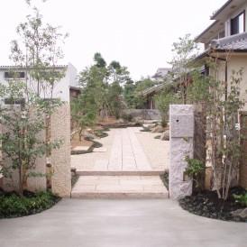 六方石の門柱に築山と伊勢砂利の庭 神崎郡福崎町 M様邸