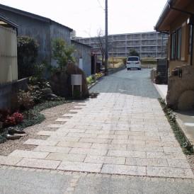 丹波石の門に御影石の石畳と洗出しアプローチ 加古川市 T様邸