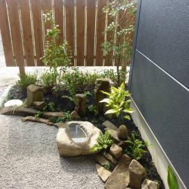 水鉢のある坪庭 トクサと自然石でアレンジ 姫路市 O様邸