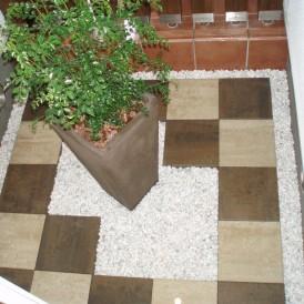 二色のコンクリート平板でデザインしたモダンな坪庭 姫路市M様邸