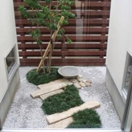 リュウノヒゲの築山にシンプルな水鉢の坪庭 姫路市 E様邸