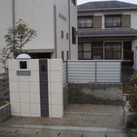 シンプルでスタイリッシュなタイル貼りの門柱 太子町O様邸