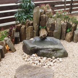 坪庭に石トユから水が流れるつくばい 神崎郡市川町 I様邸