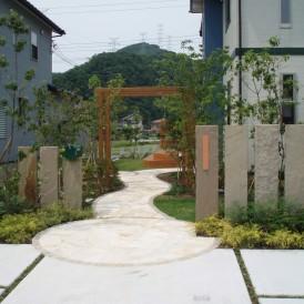 洋風の乱形石貼りに 木製アーチ・ウッドデッキのある庭 宍粟市山崎町 C...