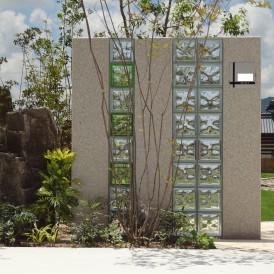 ガラスブロックと御影石の門柱に雑木の庭 神崎郡神川町M様邸