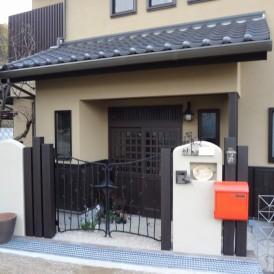 アイアン門扉にオレンジ色のポストで個性豊かな門周り 高砂市N様邸