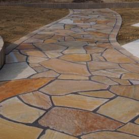 自然石貼りのアプローチとインターロッキングの駐車場 市川町