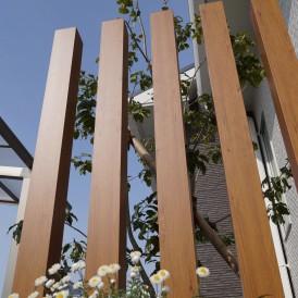 ナチュラルな木目調アルミ角柱のあるかわいい門周り 姫路市E様邸