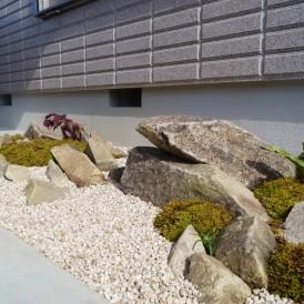 趣きのある自然石の現代風坪庭 姫路市O様邸