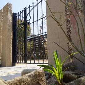 ナチュラル素材のオリジナル石門柱のリフォームガーデン 姫路市T様邸