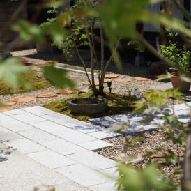 苔と石の門柱に敷石アプローチの和風の庭 姫路市S様邸