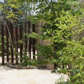 自然石を貼ったナチュラルな曲線のアプローチ 姫路市T様邸