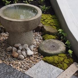 玄関前の小スペースで作った和モダンな坪庭 神崎郡K様邸