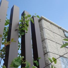 ホワイトカラー&ガラスブロック門柱でナチュラル・モダン外構