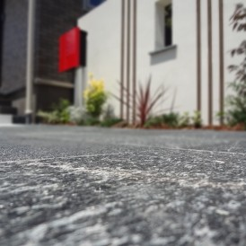 クオリティの高い上質でセンスいい石貼りのアプローチ 上郡N様邸