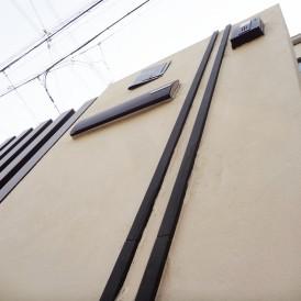 木目調のスリットフェンスとナチュラルなデザインの外構 加古川市