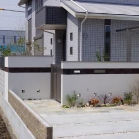 姫路市外構|ダークカラーのボーダータイルのラインが美しい門廻りのガーデ...