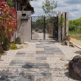 姫路市和モダン外構|石門柱で重厚感あるお庭